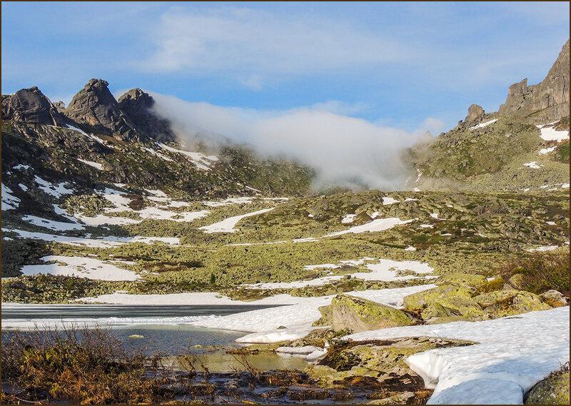 Облако переползает через перевал