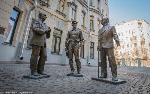 Памятник трем драматургам