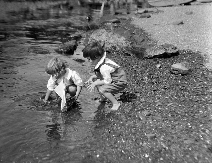 historical-children-playing-photography-58a4175d4a23e__700(1).jpg