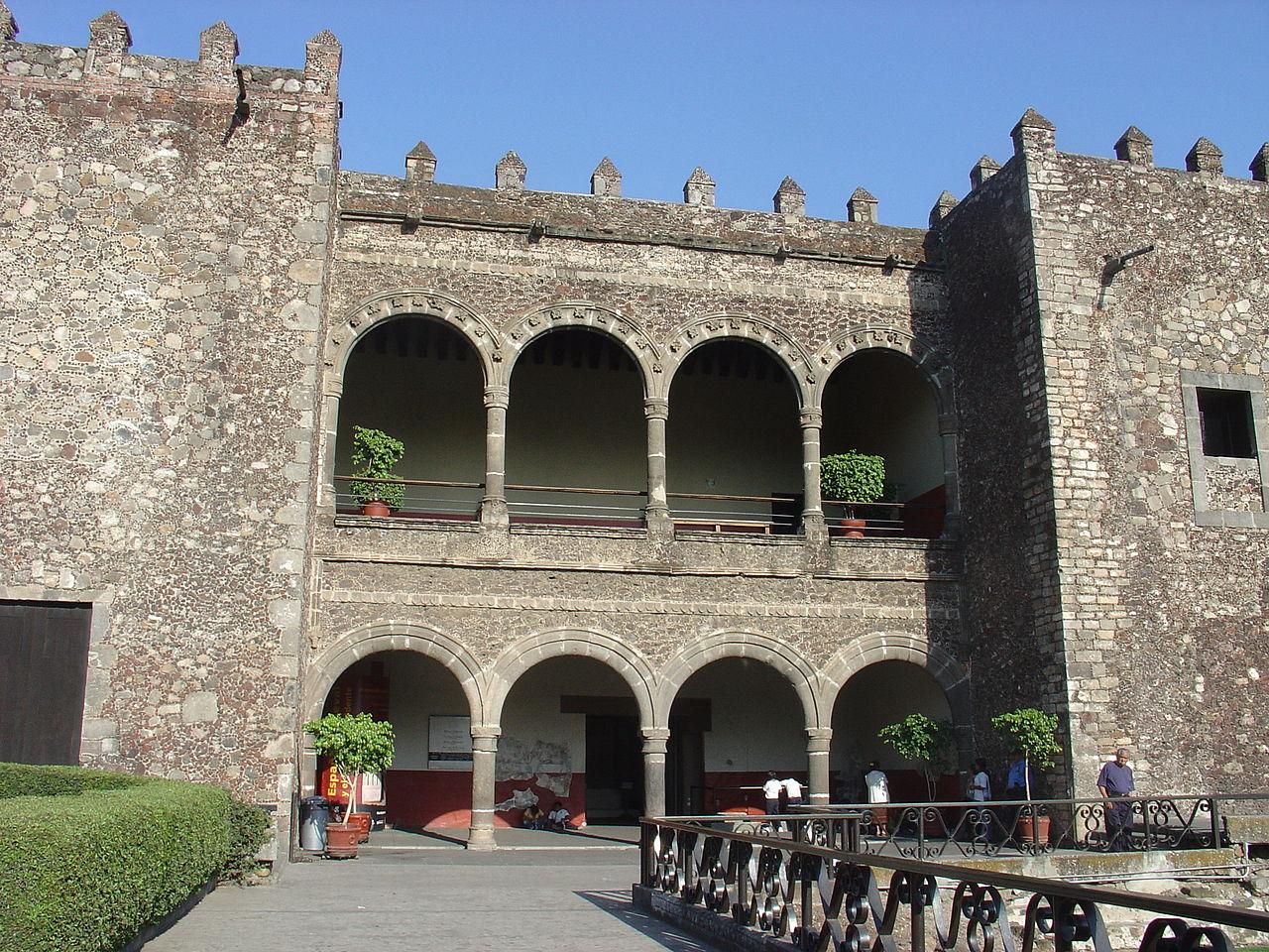 За́мок Кортеса в Куэрнаваке. Центральный вход. Фото 2006 года.jpg
