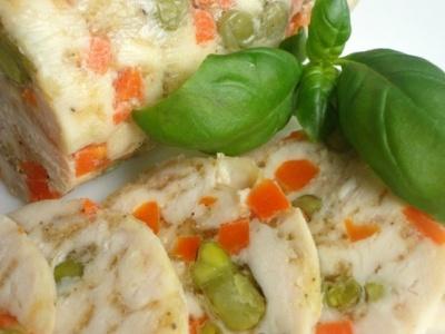 Куриная колбаса с овощами