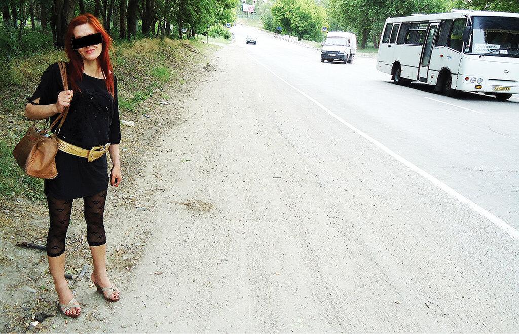 русскую девушку сняли на дороге платье без