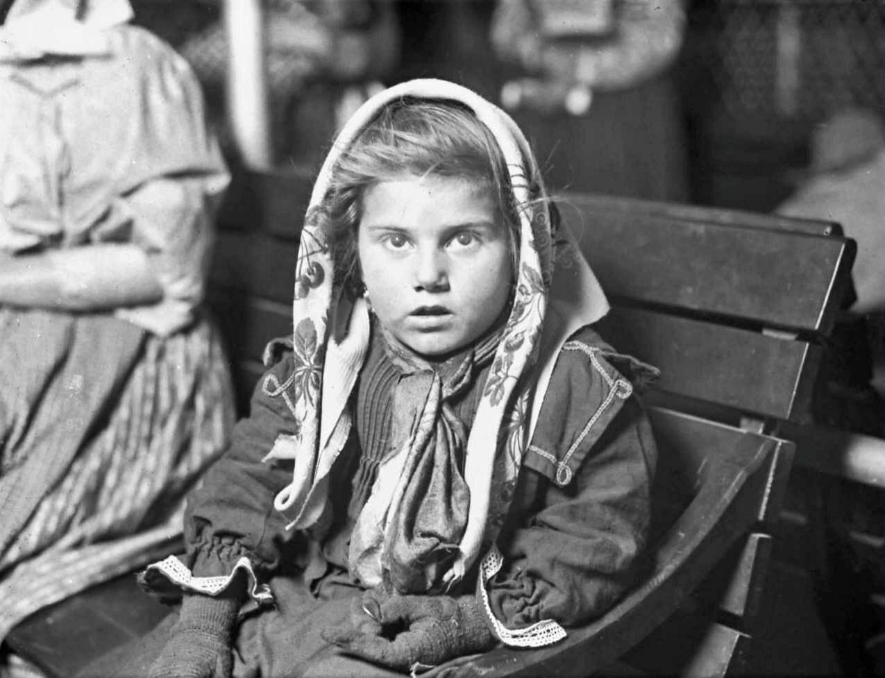 Девочка-итальянка получила свой первый пенни. Остров Эллис 1926