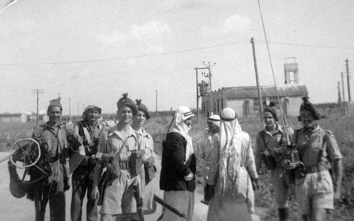 1948. Возле входа в лагерь Рош-ха-Аин