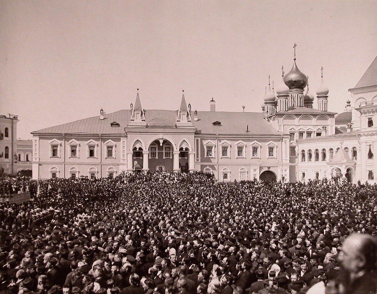 Вид площади в Кремле перед Чудовым монастырем, заполненной людьми, в день торжественной коронации