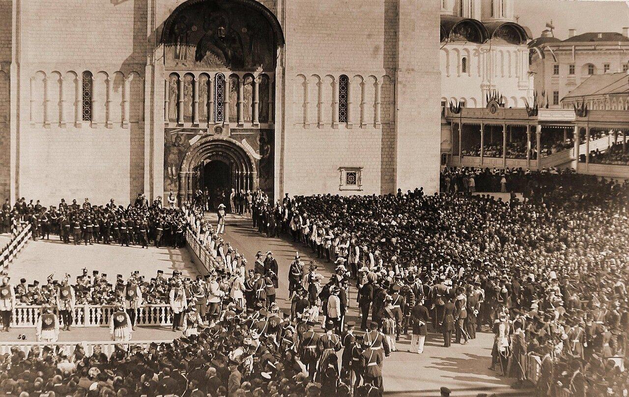 Вид части площади в Кремле перед южным входом в Успенский собор, заполненной нижними чинами шефских частей и зрителями в день торжественной коронации