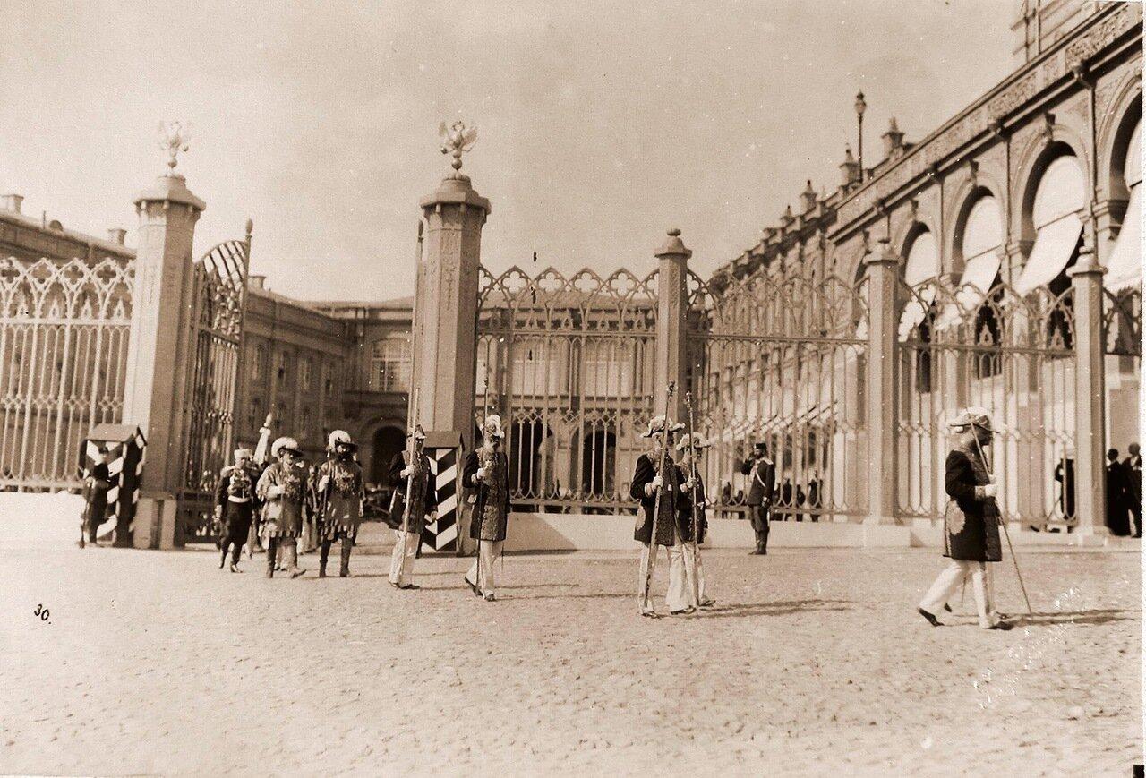 Церемониймейстеры и герольды - участники церемонии перенесения императорских регалий - направляются из Оружейной палаты к Большому Кремлевскому дворцу