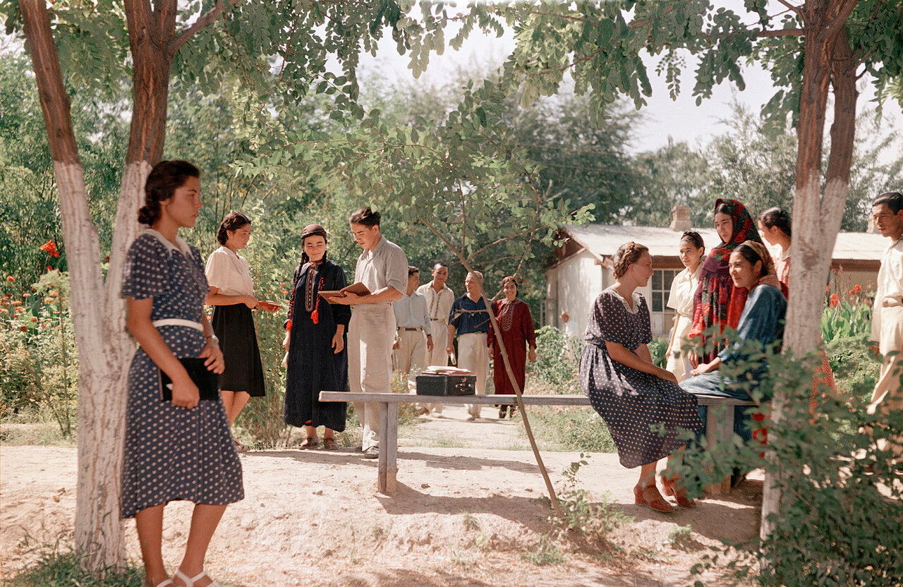 Студенты государственного Туркменского института в университетском парке. Ашхабад