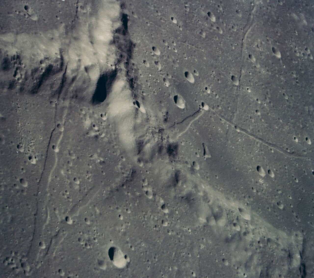 Фактически он продолжался 12 минут 44 секунды, поскольку Шепард перевёл лунный модуль в режим зависания для выбора подходящей площадки. На снимке: Район Фра Мауро с орбиты