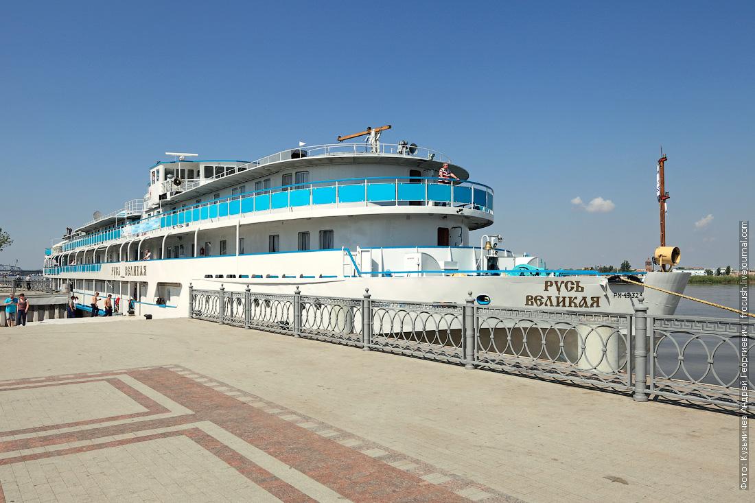 теплоход Русь Великая в речном порту Астрахани перед отправлением в Казахстан