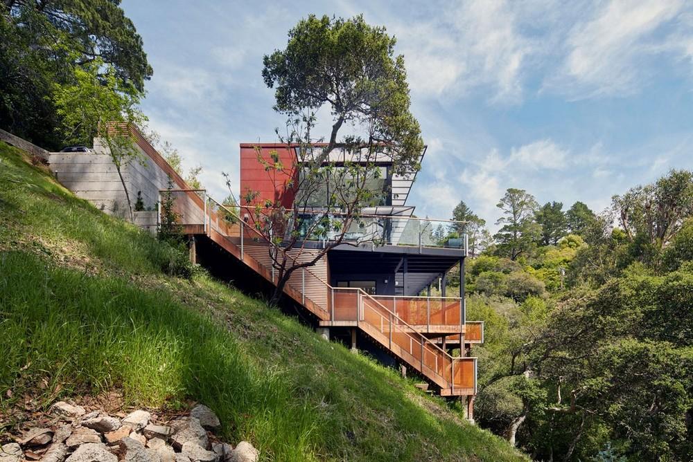 Дом с прекрасным видом на склоне в США