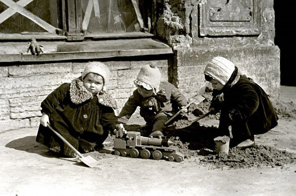 Дети играют на одной из улиц г. Ленинграда. 1942 г.