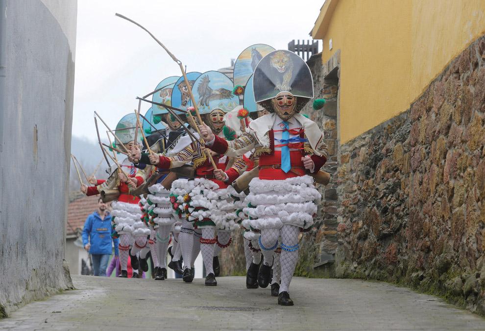 13. Недорогие костюмы тоже могут быть креативные. Дружбаны в северной испанской деревне Наварры