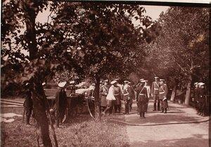 Император Николай II и группа сопровождающих его офицерских чинов за осмотром противопожарного инвентаря газовой батареи.