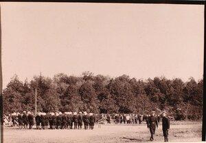Группа солдат и офицеров наблюдают за полётом воздушного шара.