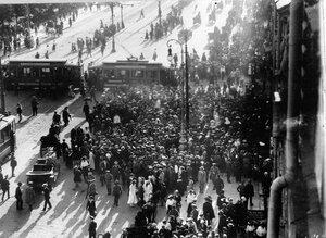 Скопление народа во время манифестации на Невском проспекте у Садовой улицы.