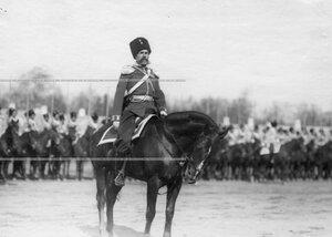 Помощник командира полка перед строем на плацу во время парада.