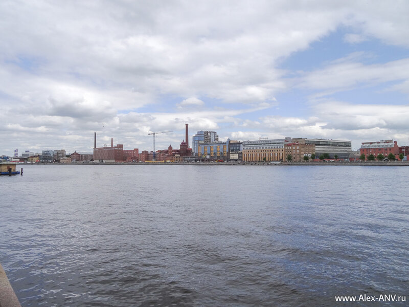 На том берегу реки Выборгская набережная и промзона.