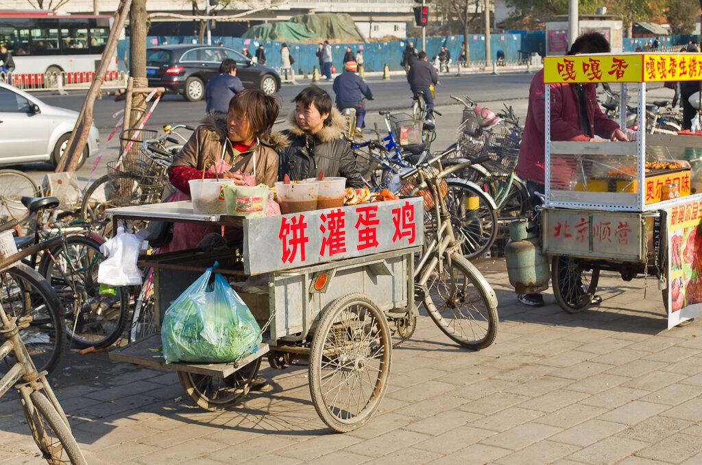 Фото. Лотки с едой на улицах Пекина. Поездка в Китай самостоятельно. Как добраться на метро до Летнего императорского дворца. Доезжаем до станции Xiyuan.