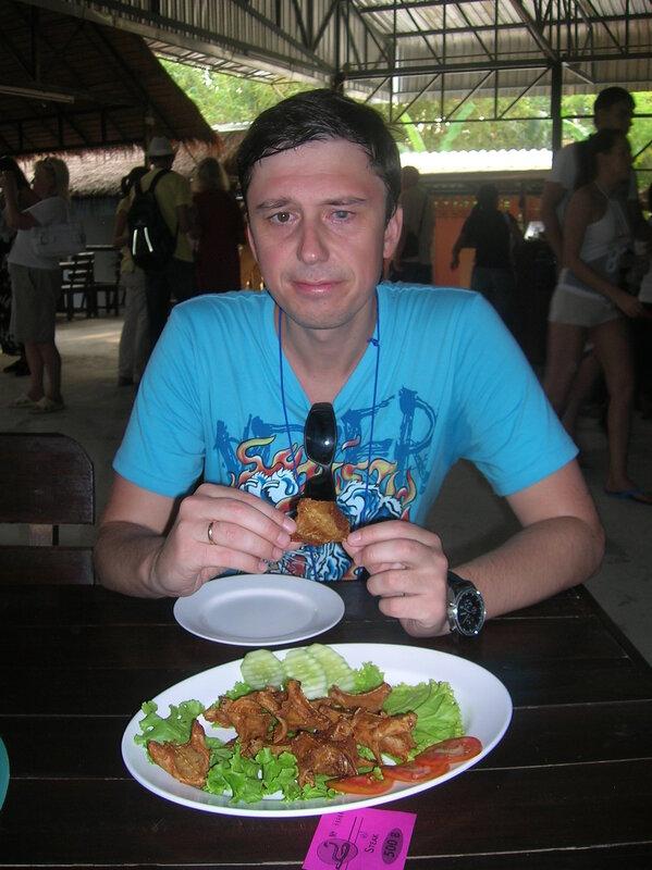 Еда в Таиланде - жареная змея (Food in Thailand - fried snake).