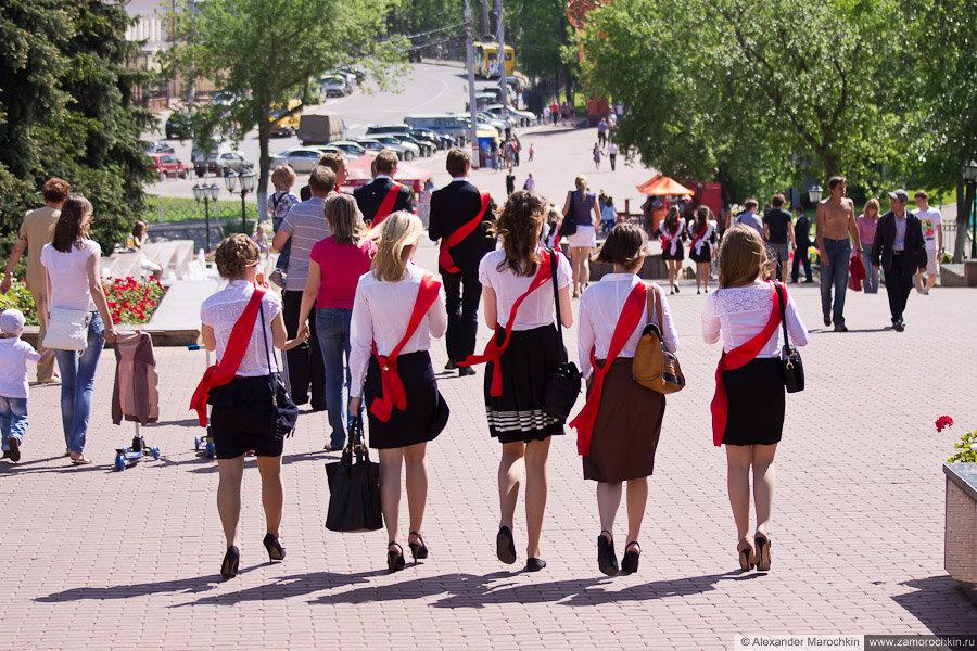 Школьники на фонтанном спуске в Саранске. Последний звонок