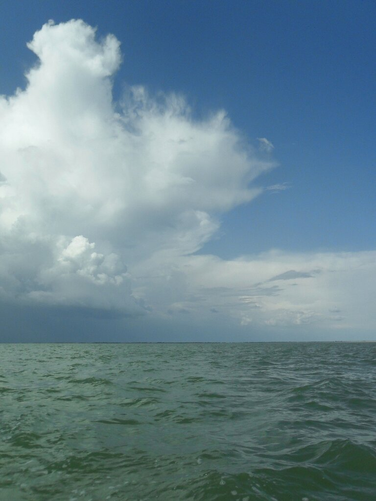 В море, под облаками