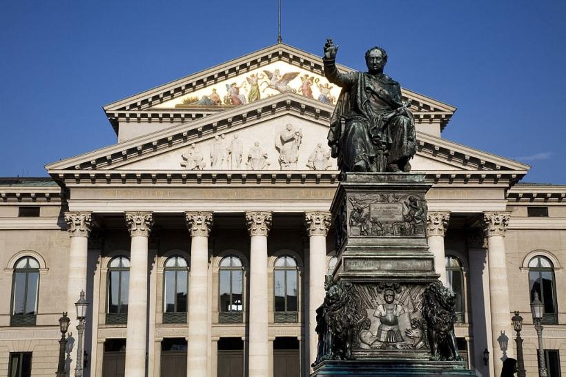 Памятник короля Maximilan И. Иосифа Баварии, в передней части Мюнхена Оперного театра, Германии
