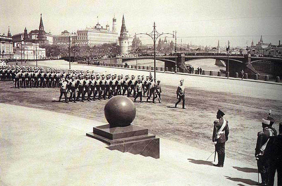 Николай II принимает парад во время церемонии открытия памятника императору Александру III в 1912 году