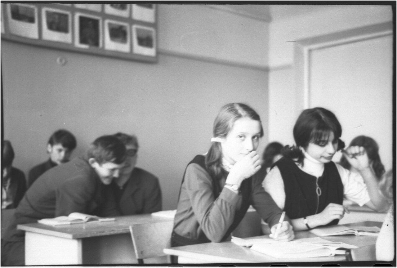 1969-70 класс 8 В. Люда Дорохова. Таня Карапетова