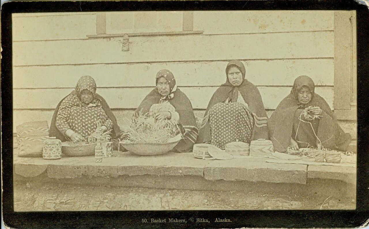 1880. Тлинкитки, торговки корзинами из Ситки.