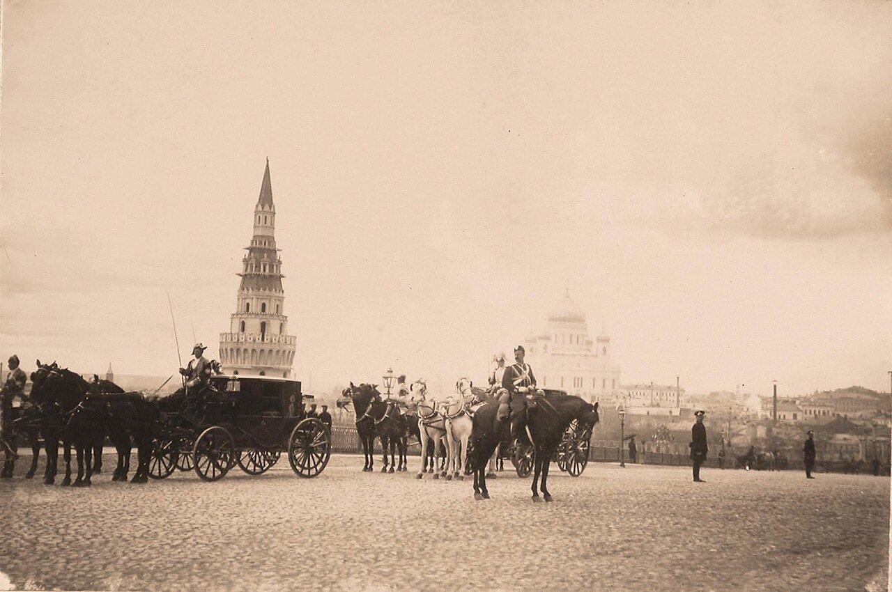 Экипажи участников торжественной коронации у Водовзводной башни Кремля (слева); на втором плане, правее виден Храм Христа Спасителя