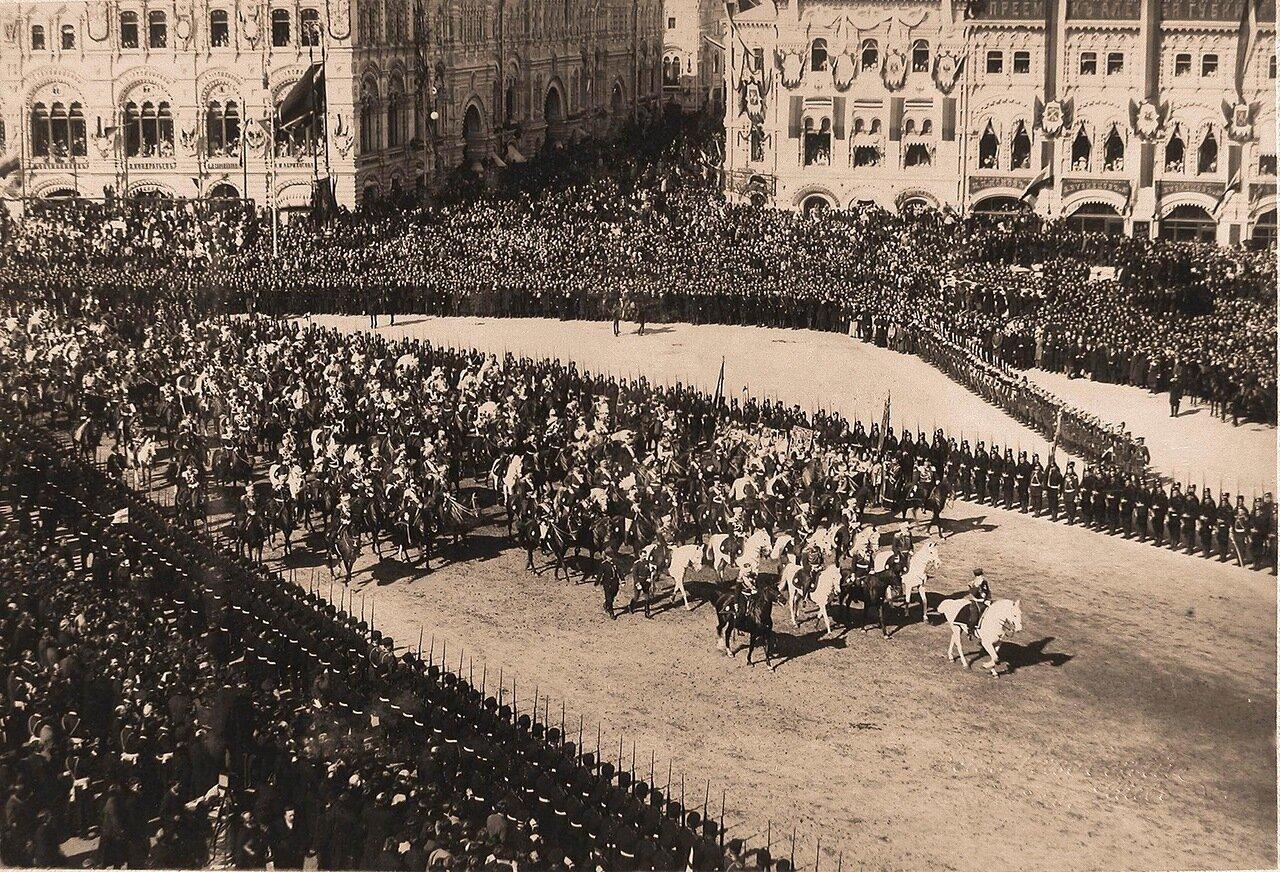 Император Николай II (впереди на белом коне) в сопровождении свиты на Красной площади в день торжественного въезда в Москву их императорских величеств