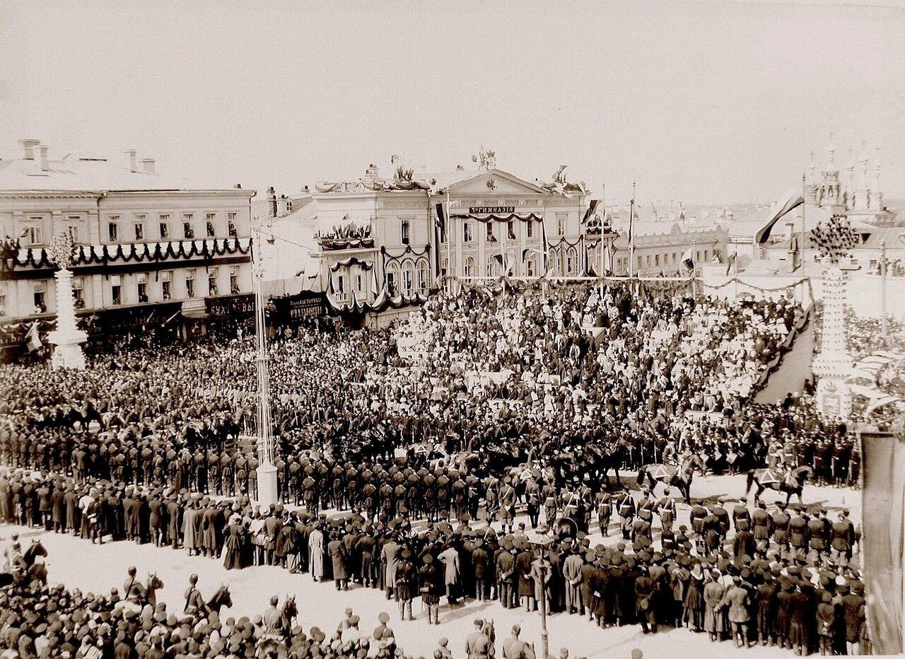 Сотня Лейб-гвардии казачьего его величества полка  проходит по Страстной площади в день торжественного въезда императора Николая II и императрицы Александры Федоровны в Москву