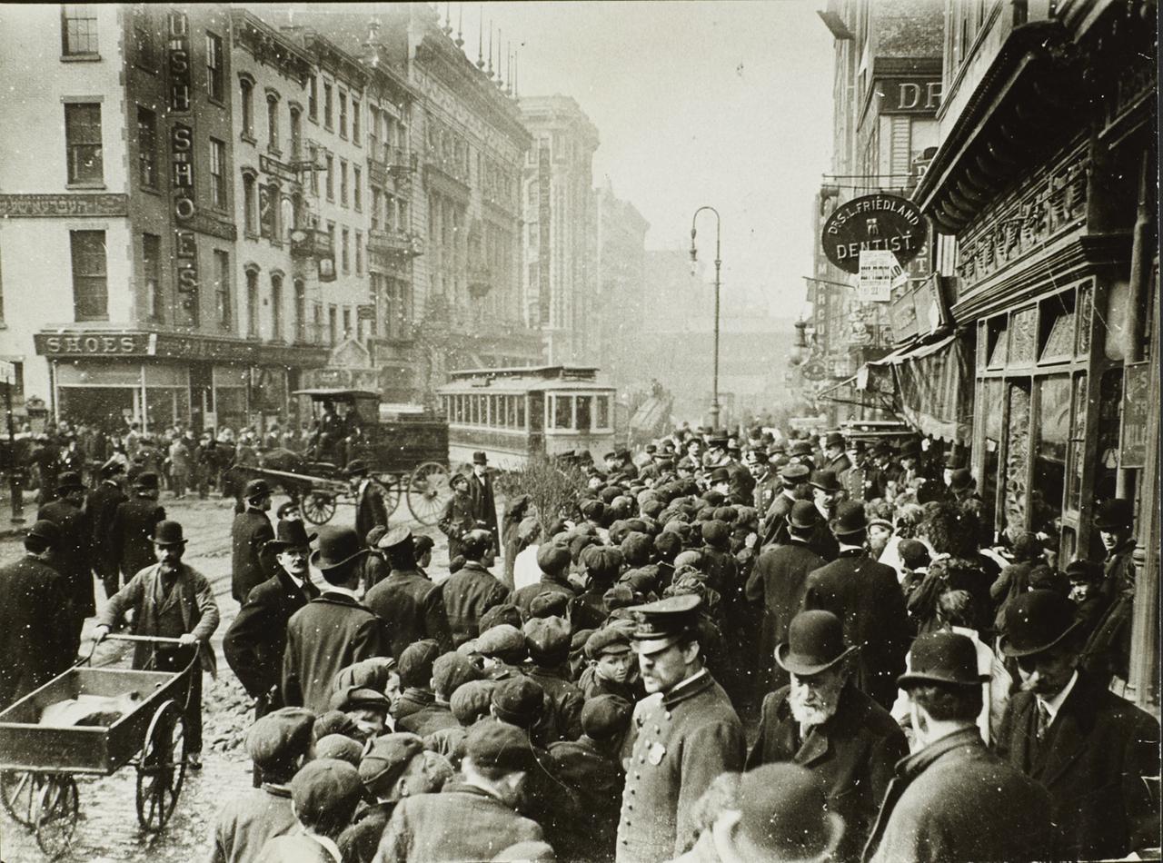 Полицейский и толпа на Гранд-стрит. 1910
