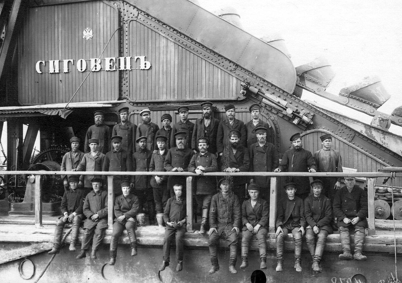 Группа инженеров и рабочих на борту землечерпалки «Сиговец»