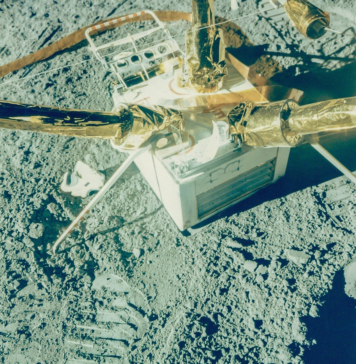 Скотт, сев на «Лунный Ровер», должен был в это время найти подходящее ровное место и отвезти к нему лазерный отражатель и буровую установку. На снимке: Лазерный отражатель