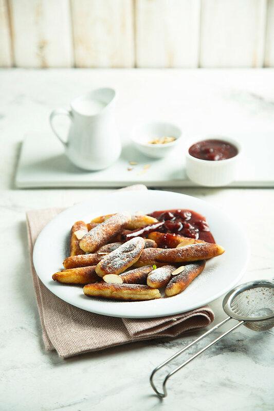 Сладкие картофельные пальчики с вишневым компотом (Süße Schupfnudeln mit Kirschkompott).