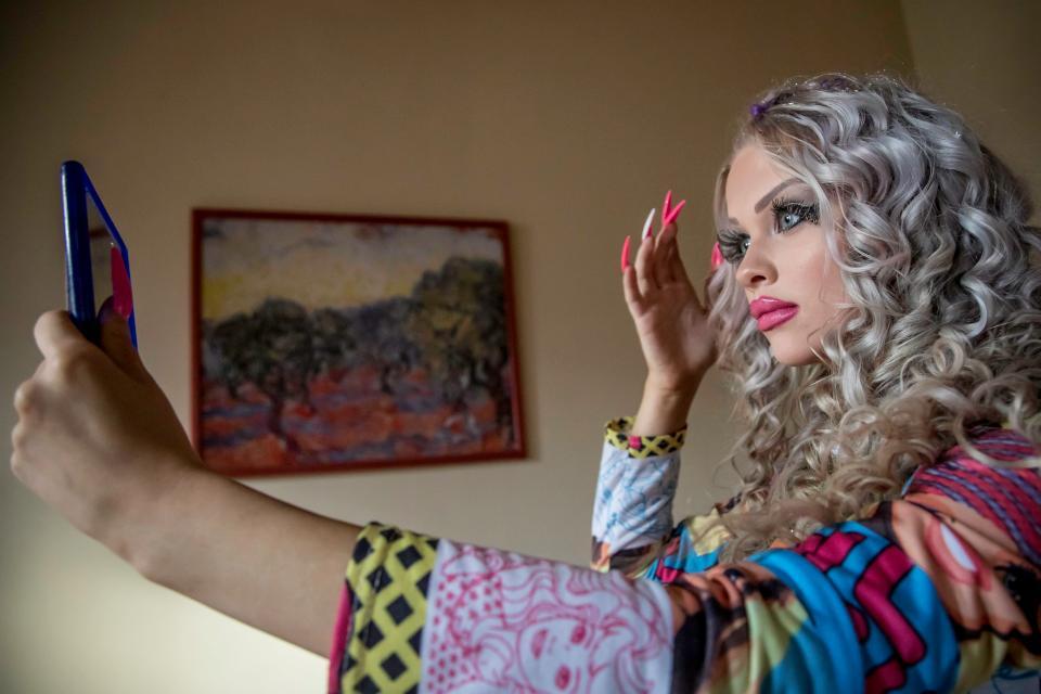 18-летняя девушка из Праги тратит $1500 в месяц, чтобы быть похожей на куклу Барби