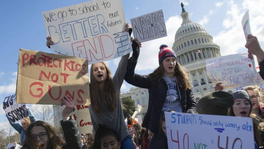В США тысячи людей вышли на демонстрации за жесткий контроль над оружием