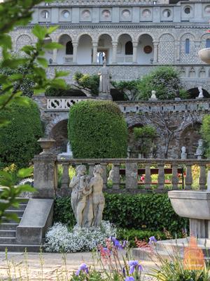 Интерьеры замка украшены картинами, скульптурами и другими произведениями искусства