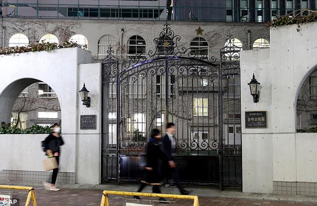 Директор школы в Токио хочет ввести форму за 700 долларов от Armani, родители, понятное дело, против (2 фото)