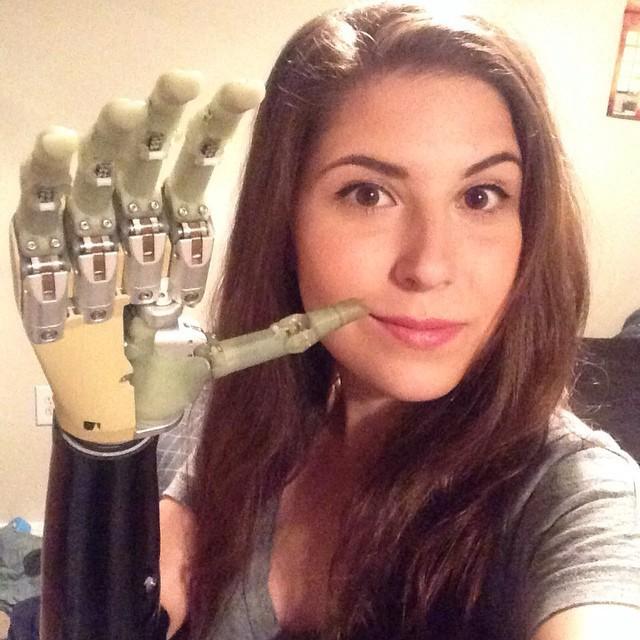 Девушке-киборгу не дали зарядить руку на научной конференции, потому что посетители заряжали телефоны (2 фото)