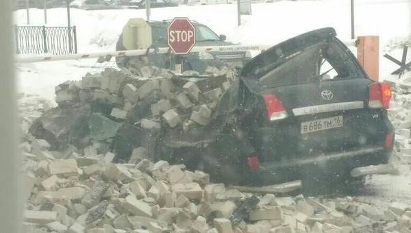 Крыша казанского авиационного завода обрушилась на Лэнд Крузер директора