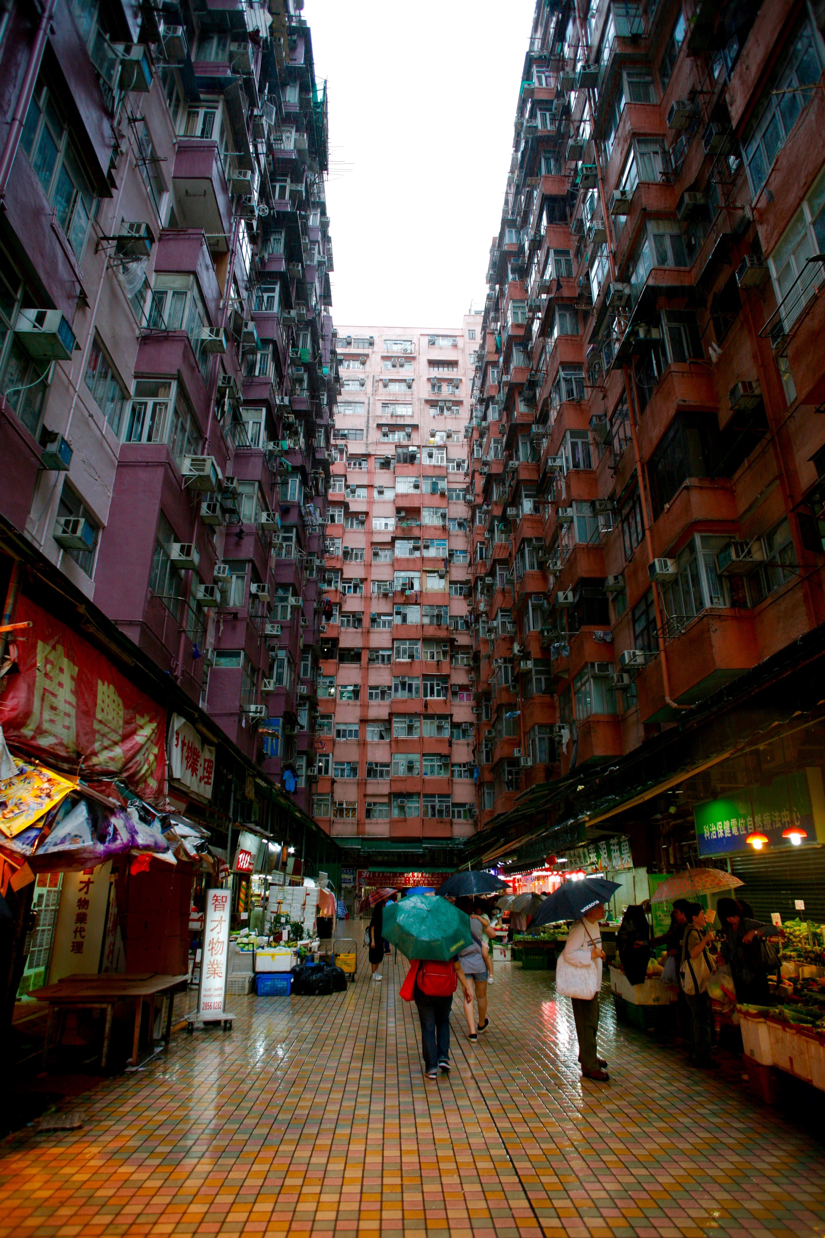 Towering Buildings and Maze-Like Streets of Hong Kong (15 pics)