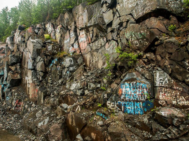Скалы часто исписаны многозначительными надписями.