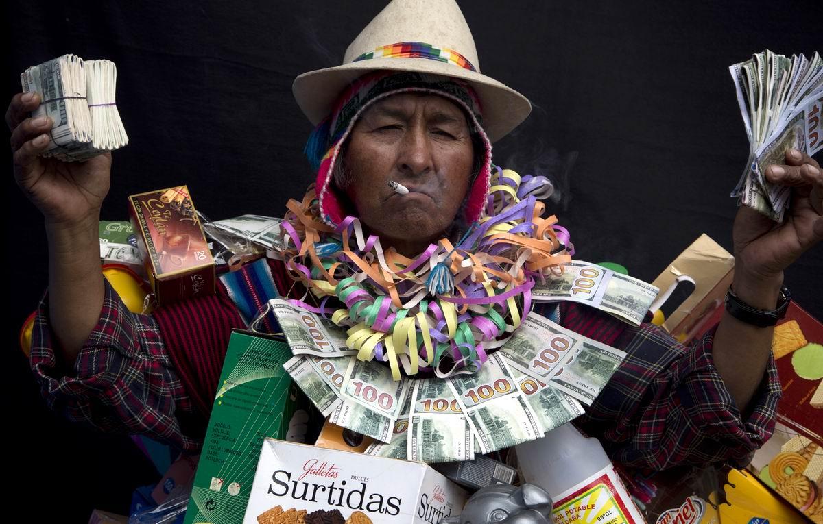 Я сегодня очень добрый: Боливийский бог процветания за раздачей нарисованных денег