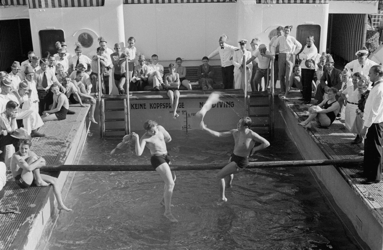 Пассажиры участвуют в играх у бассейна