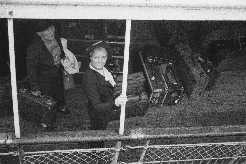 Пассажирки с багажом на прогулочной палубе