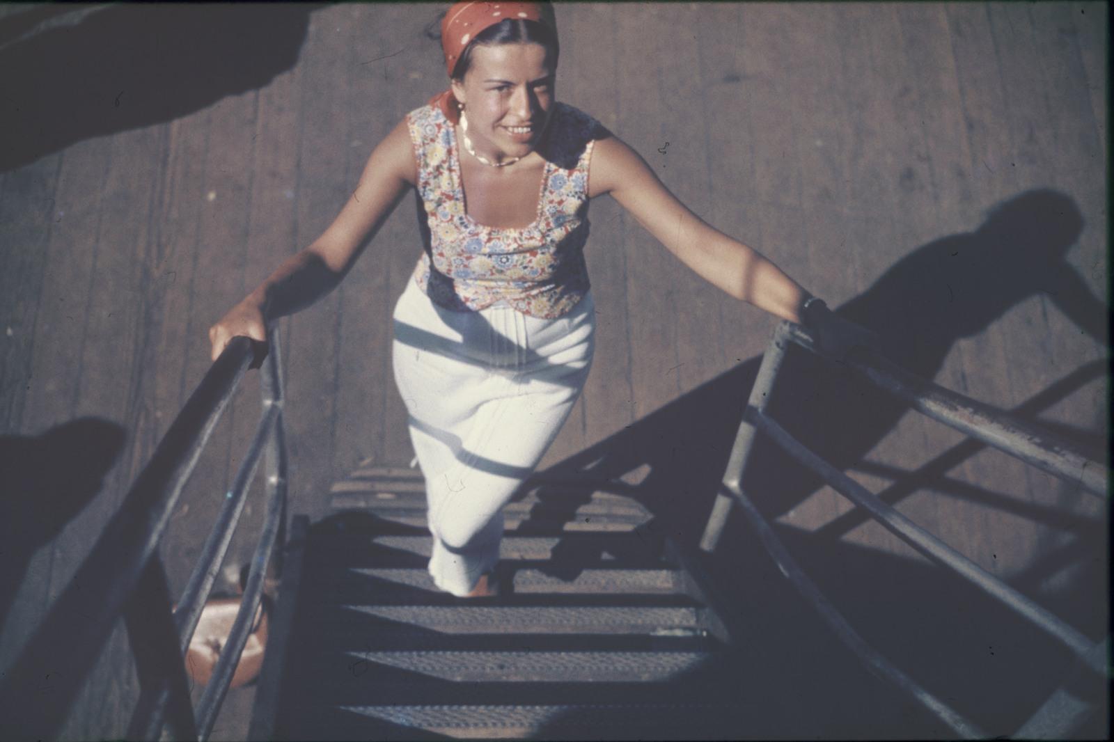 Молодая женщина на трапе пассажирского судна