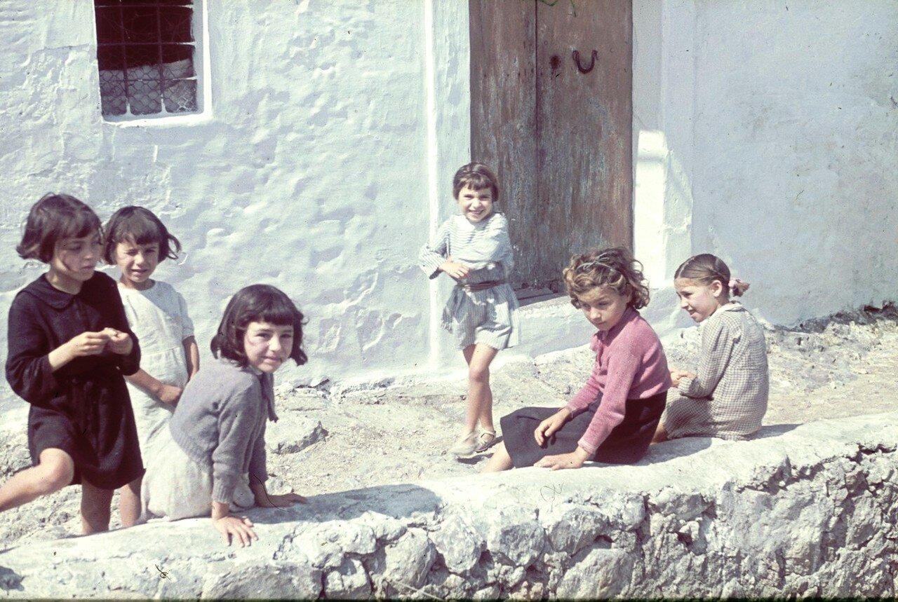 Группа маленьких девочек перед жилым домом